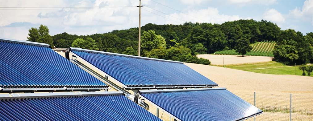 Solarkollektoren ernten Sonnenenergie für Nahwärmenetze
